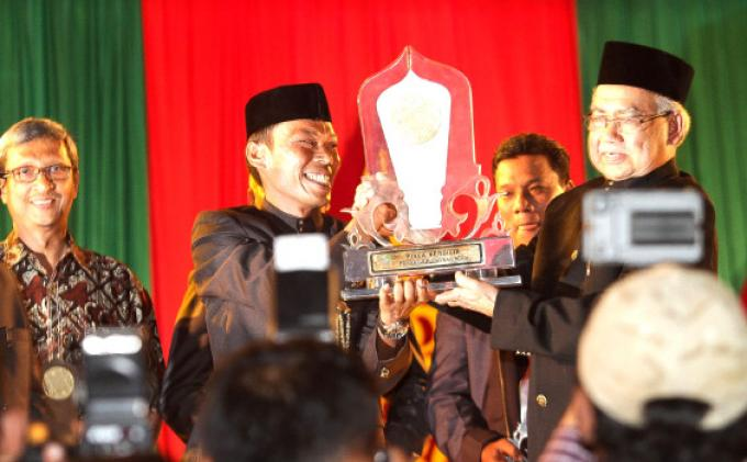 menyerahkan-trophy-juara-umum