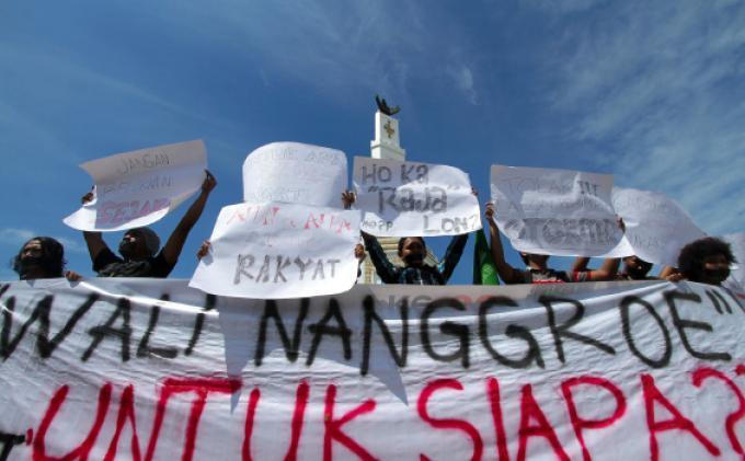 Belasan Mahasiswa Fakultas Teknik Unsyiah, Banda Aceh, melakukan aksi diam di Bundaran Simpang Lima, Banda Aceh, Selasa (26/11). Dalam aksi itu mereka menolak terhadap keberadaan Wali Nanggroe (WN) di Aceh. SERAMBI/BUDI FATRIA