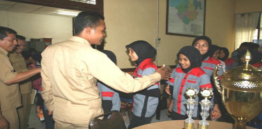 Kadis Pendidikan, Pemuda dan Olahraga Kota Banda Aceh, Syaridin MPd, Rabu (6/1) melepas keberangkatan 58 siswa SDN 67 Percontohan ke Grand Prix Junior Band (GPJB) yang berlangsung di Cibubur, Jakarta, 10 November 2013.SERAMBI/M NASIR YUSUF