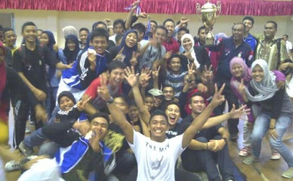 PEANGGAR Aceh foto bersama usai menjadi juara umum dalam Kejuaraan Nasional (Kejurnas) Anggar Antar-PPLP dan Pelajar Se-Indonesia Tahun 2013 yang berakhir Minggu (8/12), di Gedung Hall Serba Guna Harapan Bangsa, Lhong Raya, Banda Aceh. SERAMBI/MUHAMMAD HADI